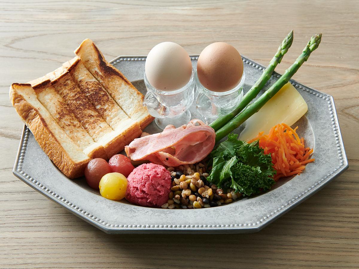 細長くカットするスティックパンを半熟卵に付けて食べるフランスの朝食「ムイエット」をアレンジしたプレート(1,600円)