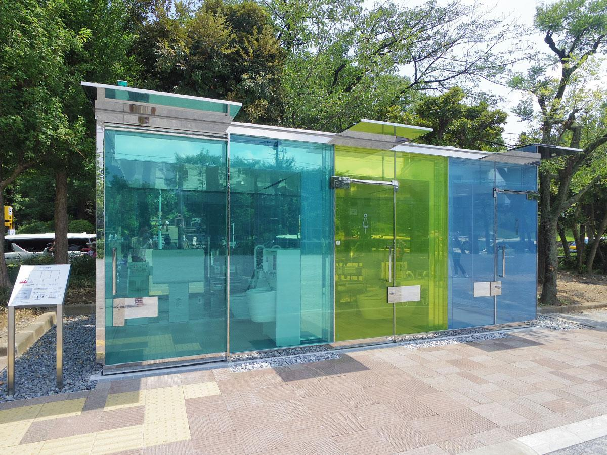 坂茂さんが手掛けた、外壁のガラスが誰も入っていない時は透明で個室内に入り鍵を閉めると不透明になるトイレ