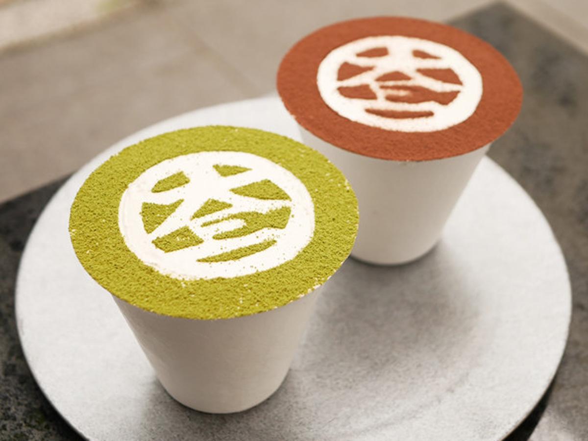 紙カップで提供する「大三パフェ」。チョコレートアイスやあんこ、豆乳ホイップなどを使う「あんこちょこ」(写真奥、864円)は限定商品