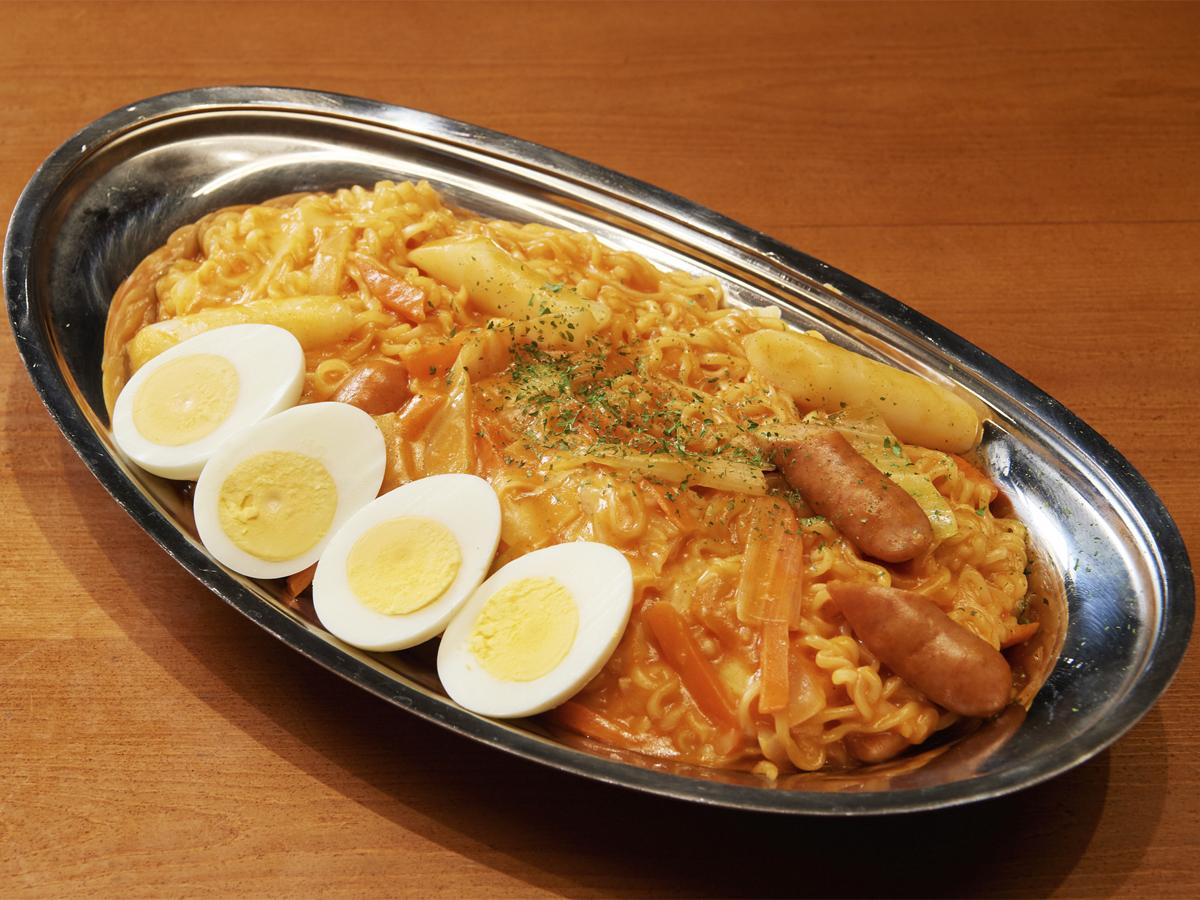 韓国ビストロカフェ「KOREAN BISTRO&CAFE nyam2」で提供する3人前サイズの「ロゼラッポキ」(1,500円)