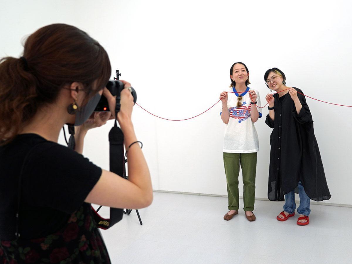 大学時代からの友人と撮影に参加する女性2人