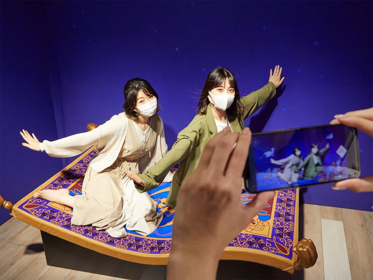 「アラジン」に登場する魔法の絨毯(じゅうたん」で夜空を飛んでいるようなAR動画が撮影できるエリア