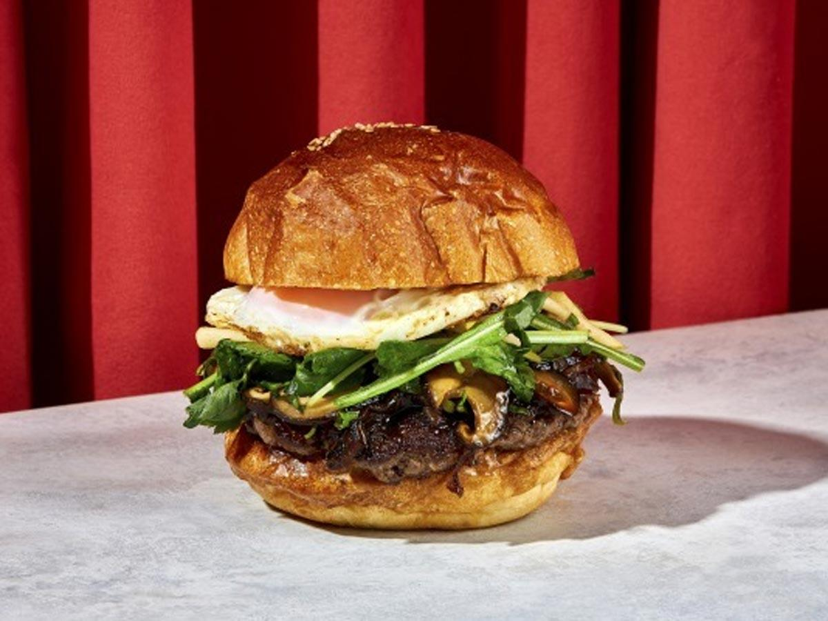神戸ビーフのパティに合わせ日本の食材を使う「MERCERバーガー」(2,500円)