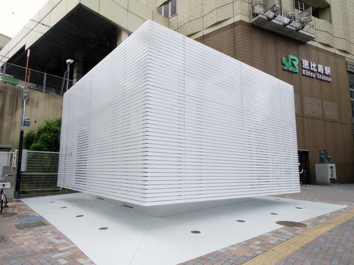 恵比寿英西口駅前に登場した「真っ白」な公衆トイレ