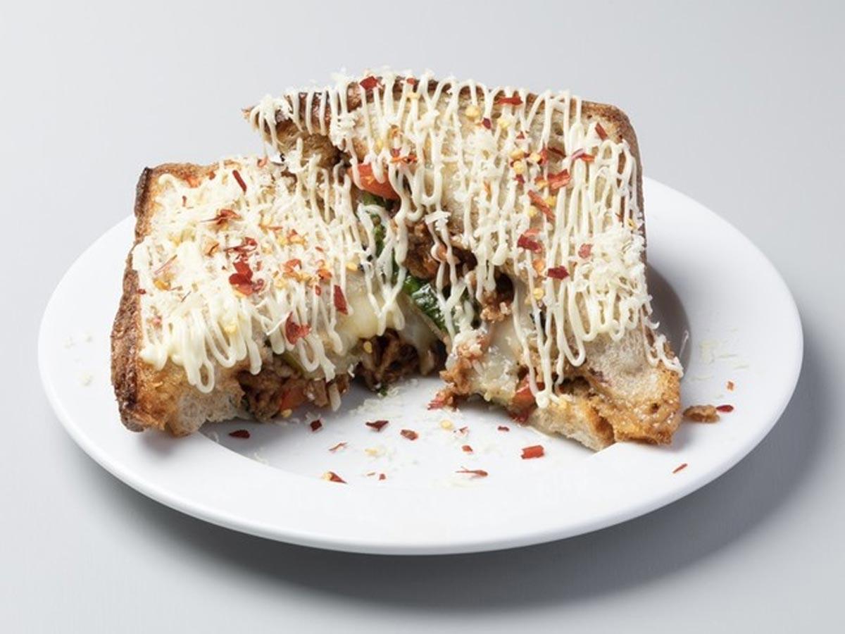 韓国のコチュジャンを使う「甘辛い」豚肉を挟みチーズをかける「チェクポックムサンド」