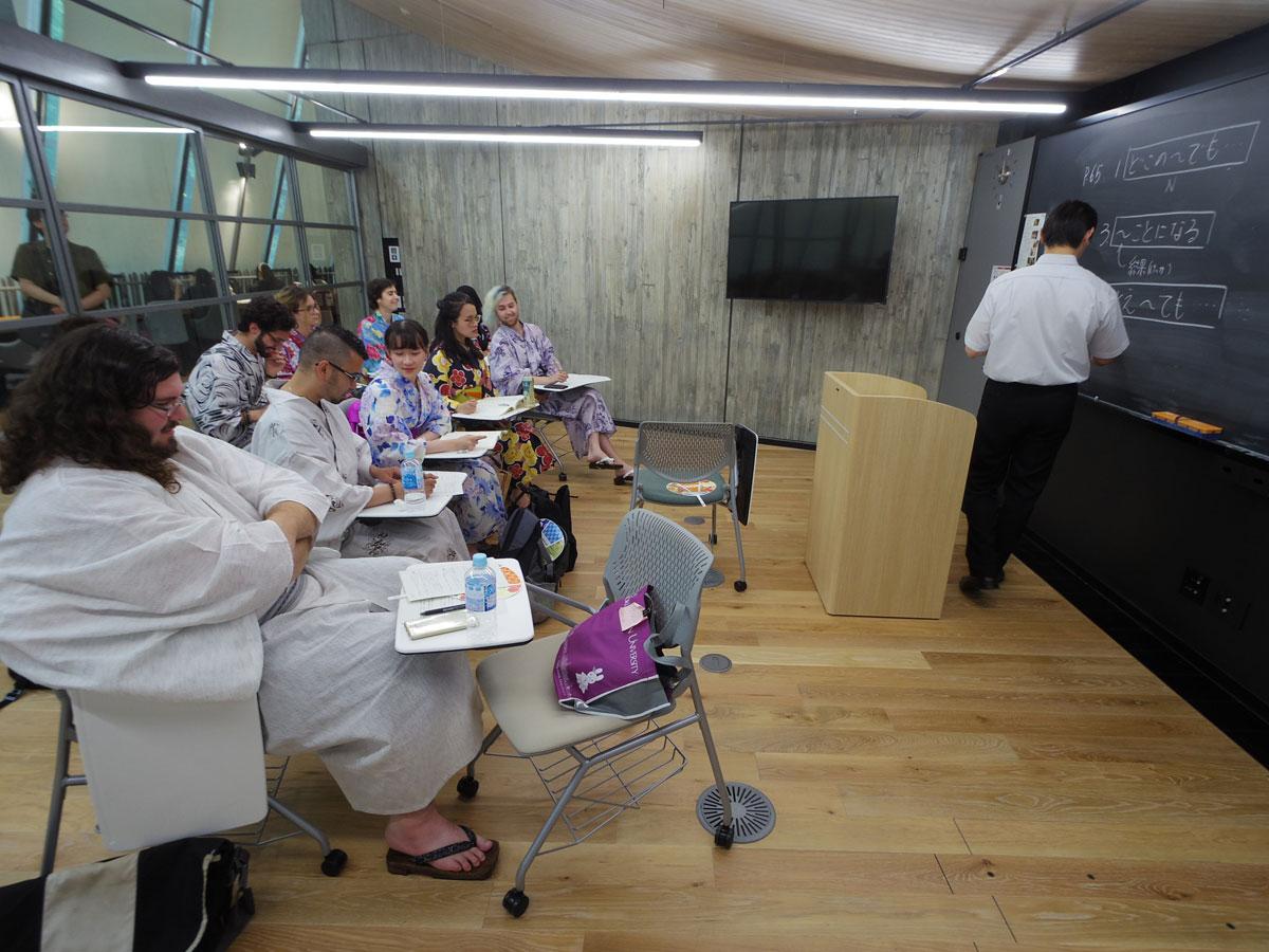 シブヤ経済新聞留学生は浴衣姿で日本語の授業を受けた
