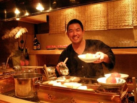 笑顔でおでんを提供してくれる店長の西岡さん