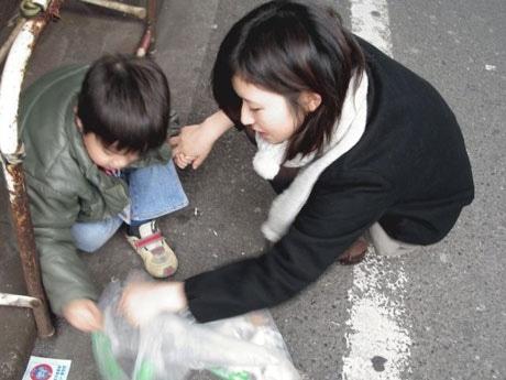 ゴミ拾いに熱中する参加者