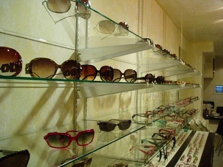 スタイリッシュなメガネが並ぶ店内