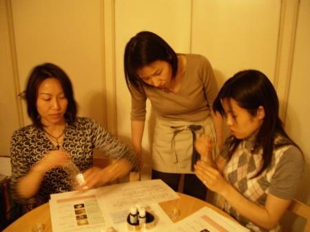 和やかに作業する参加者たち