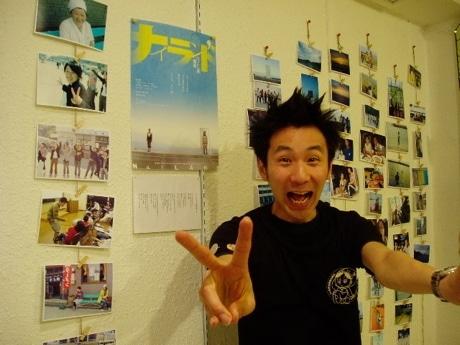 展示のスナップ写真を前に松本監督