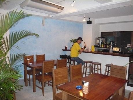 落ち着いた雰囲気の店内。南インドの一般的な料理店の内装をイメージ。