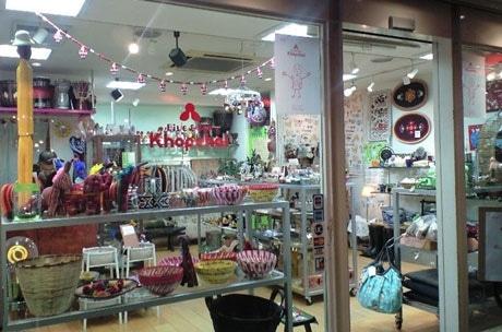色鮮やかな商品が並ぶ店内