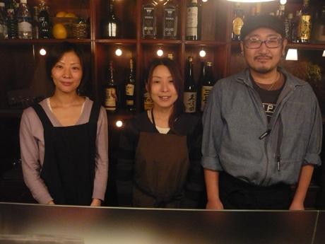 左から五島幸恵さん、田中千尋さん、五島亮太さん。店内のカウンターで