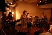 下北沢のカフェでランチタイム「ボサノバ」ライブ-社会人バンドが演奏