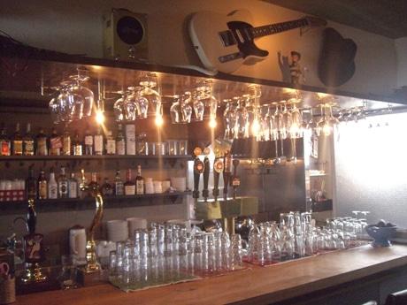 カウンター内には複数のビールサーバーやハンドポンプも