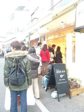 4日の17時過ぎに撮影。店頭では「さとうきび」「芥子の実」「ほうれんそう」味などのドーナツが販売されていた。