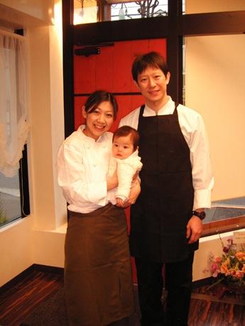 石鍋修さん(右)、加賀田京子さん(左)、あおいちゃん(中央)