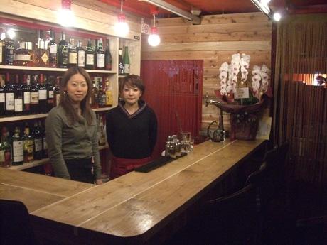 店内のカウンターも、木材で製作した。店長のTOKOさん(左)とスタッフの若奈さん(右)