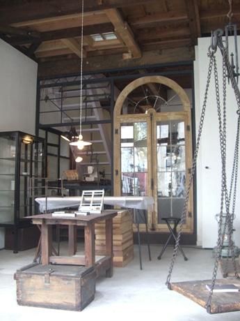 店舗とアトリエの仕切りもガラス張りになっている