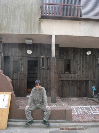 同店前に座る、オーナーの和気さん。カフェのスタッフも農作業をする