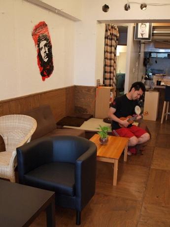 オーナーの森田直広さん。沖縄の大学で「のんびり過ごした」後、開業を決めた