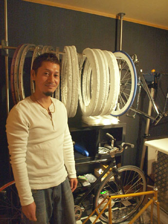 「メヒカーノ」店長の寺本彰人さん。リアルショップオープンのため、自宅の一部を改装した