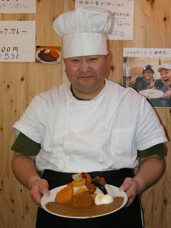 「ドカ盛りおまかせカレー」(1.2キログラム)も大きいが、「くまさん」こと和田さんも大柄