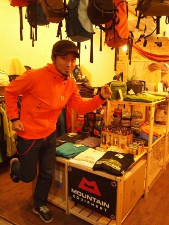 年に最低3~4回は登山をしているという店長の志村さん。「満点の星の下、山頂で飲むビールは格別」とも
