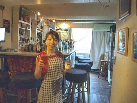 「パピカフェ」の店長を務めるワカバヤシサチコさん。「オススメメニューは、週替わりスイーツメニュー『生クリームアイス』(ワッフル付き、400円~)」(ワカバヤシさん)