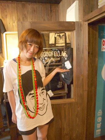 「ユアーズ・ストア」オーナーのコヤナギさん。ジャッキー・チェンが大きくプリントされたTシャツを着ている