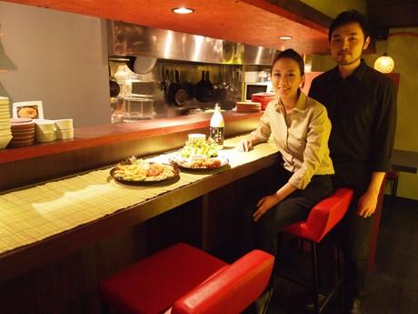 シンさん(左)とユさん(右)。「82マッコリダイニング」の「82」は、韓国に国際電話をかける際の国番号からとったという