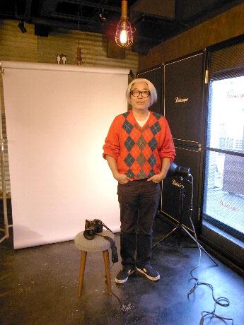 撮影スタジオのセットに立つ堀清英さん