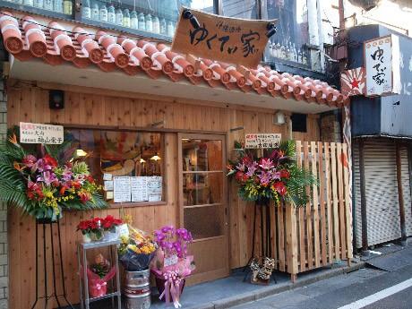 店内には沖縄の民謡も流れる