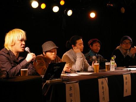 「音楽の現在と未来」について語る津田大介さん(左)
