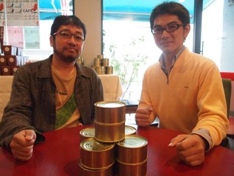 「『木の屋カフェ』は、木の屋さんが復興するまでずっと続けていく」と話す須田さん(画像左)と松友さん