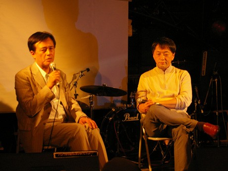 原発問題について語り合う保坂展人世田谷区長(左)と社会学者の宮台真司さん