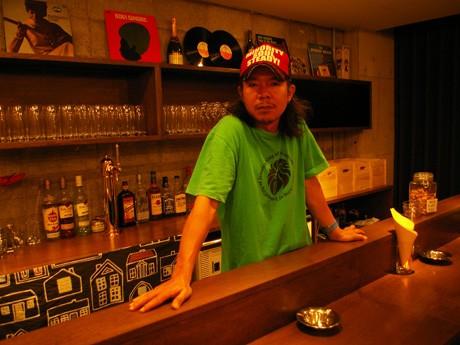 バーカウンターに立つ店主の「akiraメンフィス兄弟。」さん