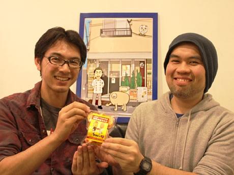 松友さん(画像左)と、aishiさん(右)。中央のイラストは、ミクスチャーと店長の中井さんを描いたもの。店内で撮影