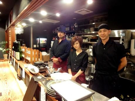 厨房に立つ押田さん(左奥)と渡邉さん(右手前)