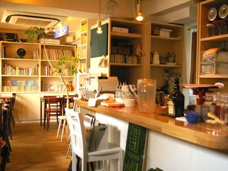 日当たりも良く落ち着いた雰囲気の店内。秋本さんがセレクトしたジャズが流れ、棚にはさまざまなジャンルの本が並ぶ