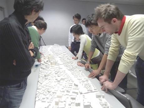 第2回セミナーの様子。下北沢駅周辺の模型を見入る参加者ら。第1回・2回とも参加者は70人を超え、満席となる盛況ぶり