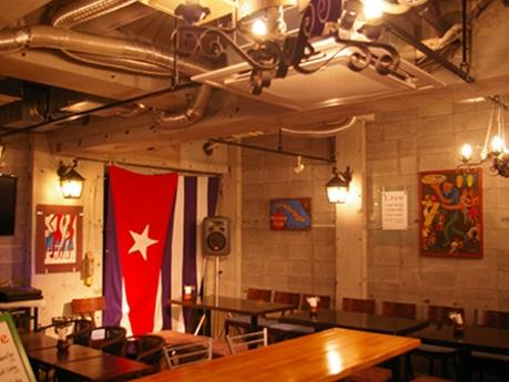 同店の内観。ステージが客席から近く、イベント時には南米のラテン音楽を間近で楽しめる