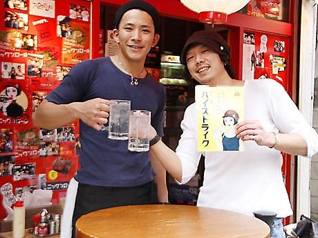 「店前のベンチで『ハイストライク』を楽しんでいってほしい」と島田さん(画像右)
