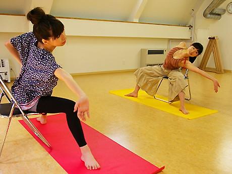トレーナーのKaoRiさん(奥)と、レッスンを受ける記者