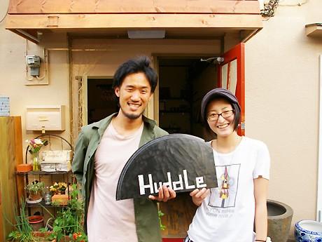 オーナーの山本貢輔さん(左)と、小泉智美さん(右)