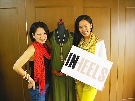 「IN HEELS」の商品と、オーナーの岡田さん(右)と大山さん(左)