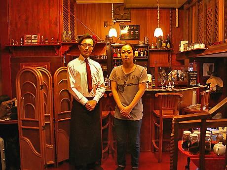 「VOCAROOM2525」を運営する奥森流さん(左)と毛ブラPさん