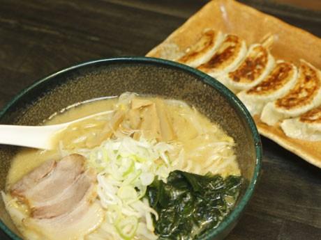 「札幌味噌らーめん」(700円)と「手作り餃子」(480円)