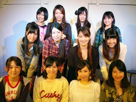 研究生28人の中の13人。1列目の右端が吉永湯月さん。この日、研究生たちは初顔合わせとなった